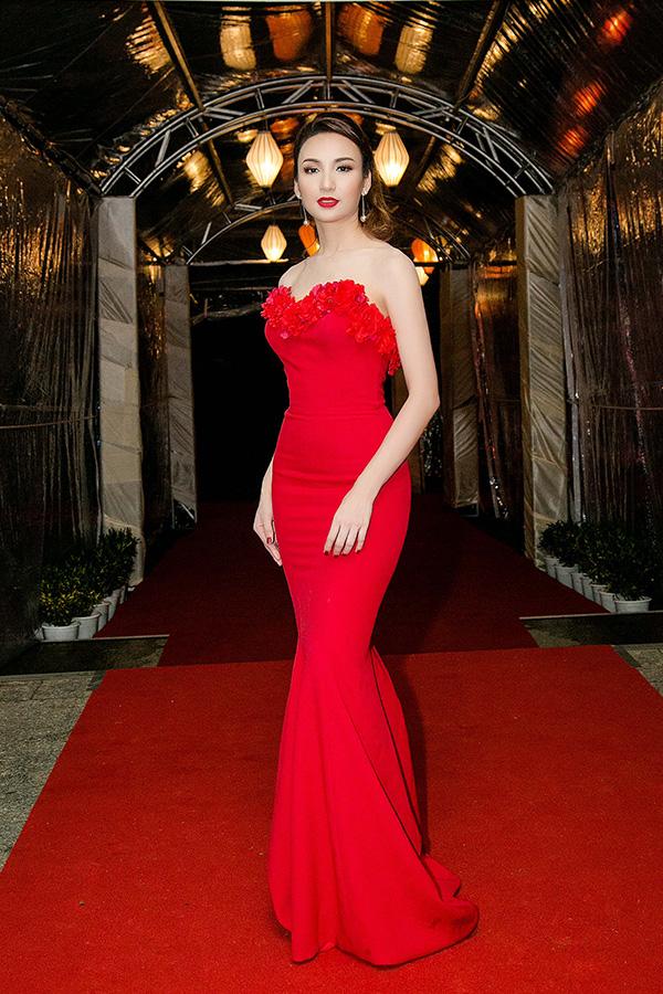 Hoa hậu Ngọc Diễm mặc đầm hở vai và lưng làm MC sự kiện chào mừng APEC - Hình 1
