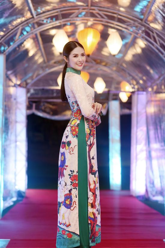Hoa hậu Ngọc Hân trình diễn áo dài tại tiệc chào mừng APEC - Hình 1