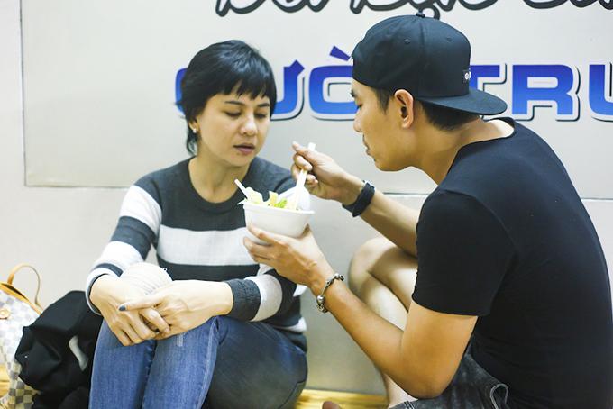Kiều Minh Tuấn tự tay đút cho Cát Phượng ăn ở phòng tập liveshow - Hình 1
