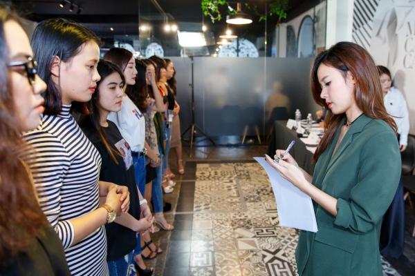 Midu trực tiếp casting 200 người mẫu cho show thời trang tại phố đi bộ Nguyễn Huệ