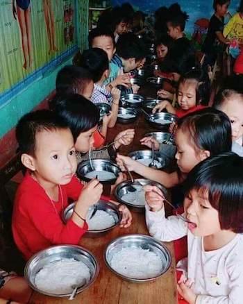 Trường phải xin lỗi vì bữa ăn cho trẻ chỉ có bún chan nước xương - Hình 1