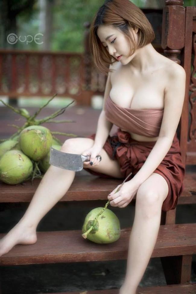 Thánh nữ ngực khủng bổ dừa gây sốt vì quá bốc lửa