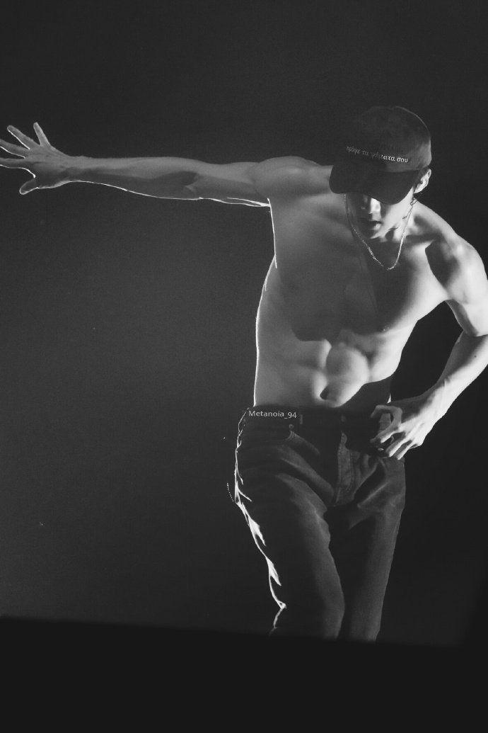 """Vừa khoe múi săn như tượng tạc, em út EXO tiếp tục """"cởi"""" khoe body trên tạp chí"""
