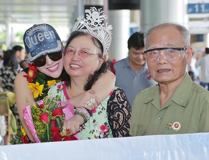 Bố mẹ và con trai mừng Phi Thanh Vân về nước với danh hiệu hoa hậu