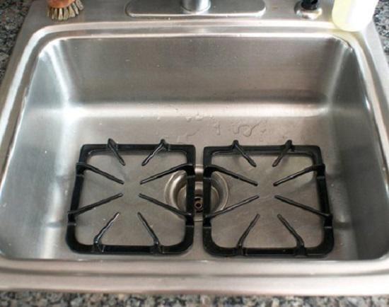 """4 bước vệ sinh kiềng bếp ga """"sạch bong"""" dầu mỡ cực kỳ đơn giản ai cũng làm được"""
