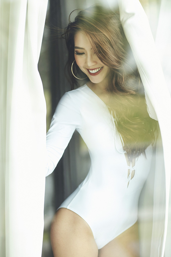 Hoa hậu Tường Linh mặc áo tắm khoe vòng eo 55