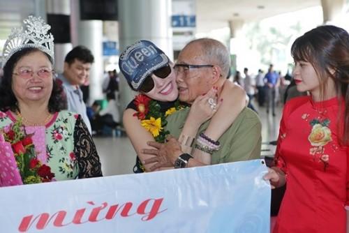 Phi Thanh Vân gây tranh cãi khi đội vương miện cho mẹ ruột giữa sân bay