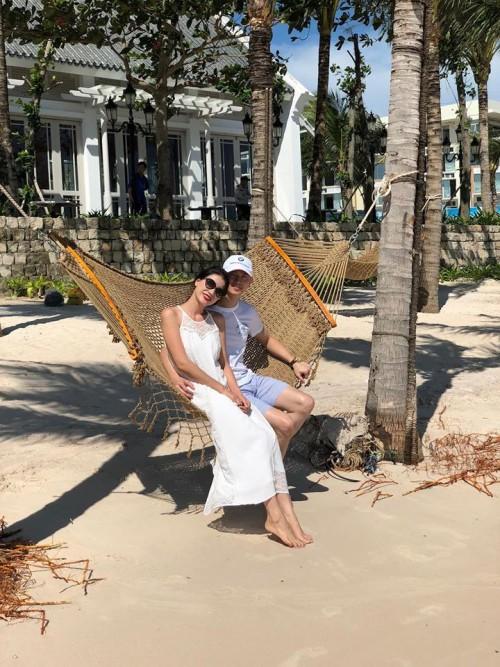 Trang Trần hạnh phúc, thoải mái thể hiện tình cảm với chồng khi đi du lịch