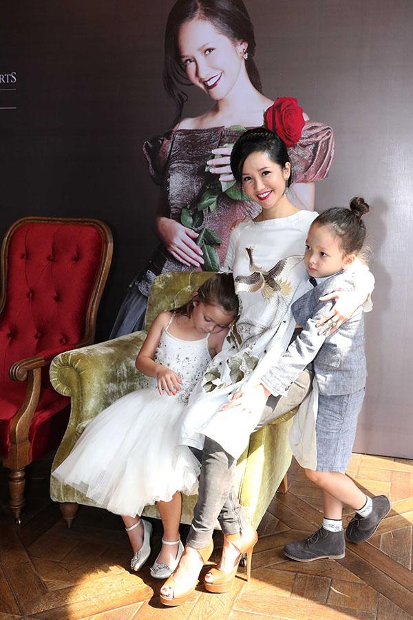 Cặp sinh đôi nhà Hồng Nhung thích thú gặp Hoa hậu Hoàn vũ Riyo Mori