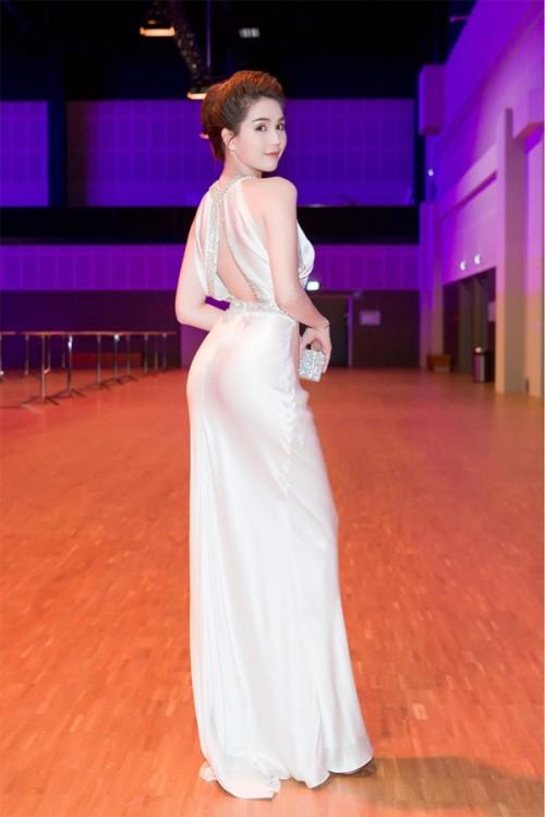 Vuột danh hiệu Vòng eo 56, Ngọc Trinh vẫn là mỹ nữ khoe lưng gợi cảm nhất Vbiz