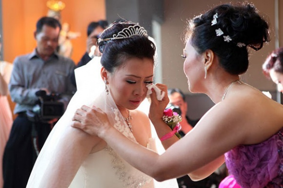 Ngày cưới diễn ra trong tủi nhục, ê chề khi nhận được món quà bất ngờ của bạn đã từng thân