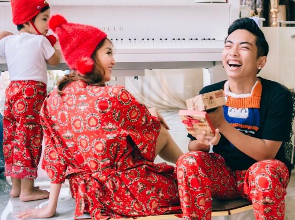 Vợ chồng Khánh Thi - Phan Hiển ấm áp đón Giáng sinh bên con trai