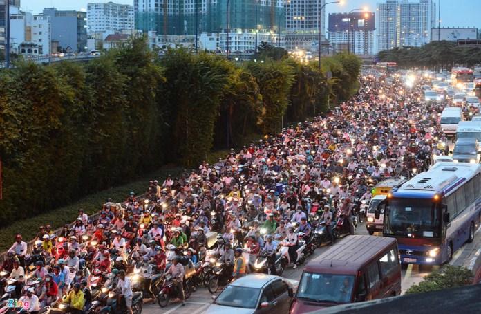 """Hầm vượt sông Sài Gòn """"cõng"""" lượng xe khủng khiếp"""