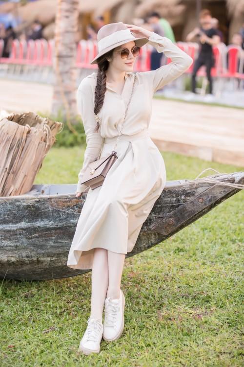Street style tuần qua: Trang phục đơn sắc được lòng sao Việt, quần áo ngày đông bắt đầu 'xâm lấn'