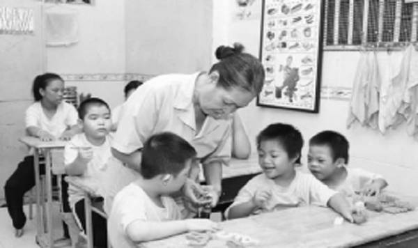 Người phụ nữ 30 năm dạy trẻ em khuyết tật