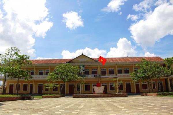 Thấp thỏm với &'khu vực nguy hiểm, cấm vào' của trường tiểu học ở Quảng Bình - Hình 1