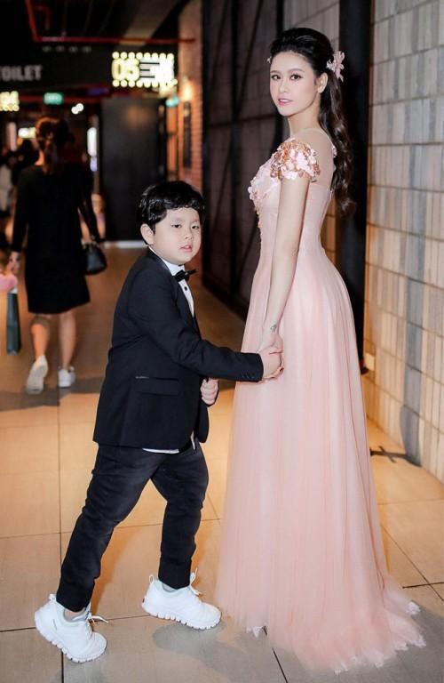 Vắng bóng Tim, Trương Quỳnh Anh bí mật nhờ 'ông già Noel' tặng quà cho con trai cưng