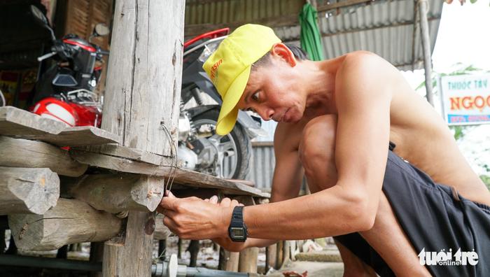 Dân Cà Mau lấy dây thừng, ống nước neo nhà chống bão