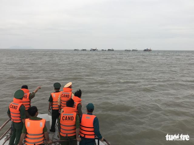 Sợ thuyền viên bỏ trốn, nhiều tàu không vào bờ tránh bão