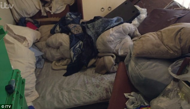 33 năm sống trong 7 tấn rác, ông lão kinh ngạc vì nhà được dọn sạch