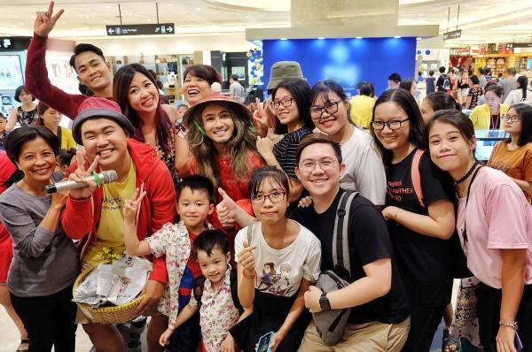 Huỳnh Lập khiến trung tâm thương mại 'thất thủ' khi bất ngờ xuất hiện với đồ bà ba, đội nón lá