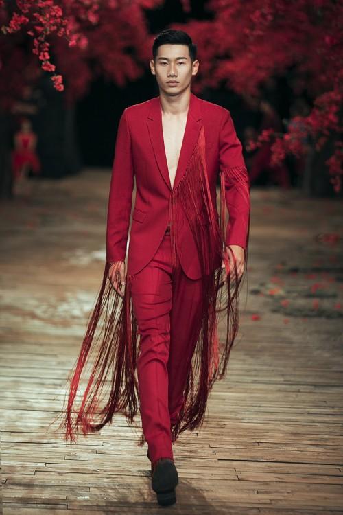 'Chàng thơ' của Đỗ Mạnh Cường diện nội y tự tin catwalk giữa dàn mẫu nữ