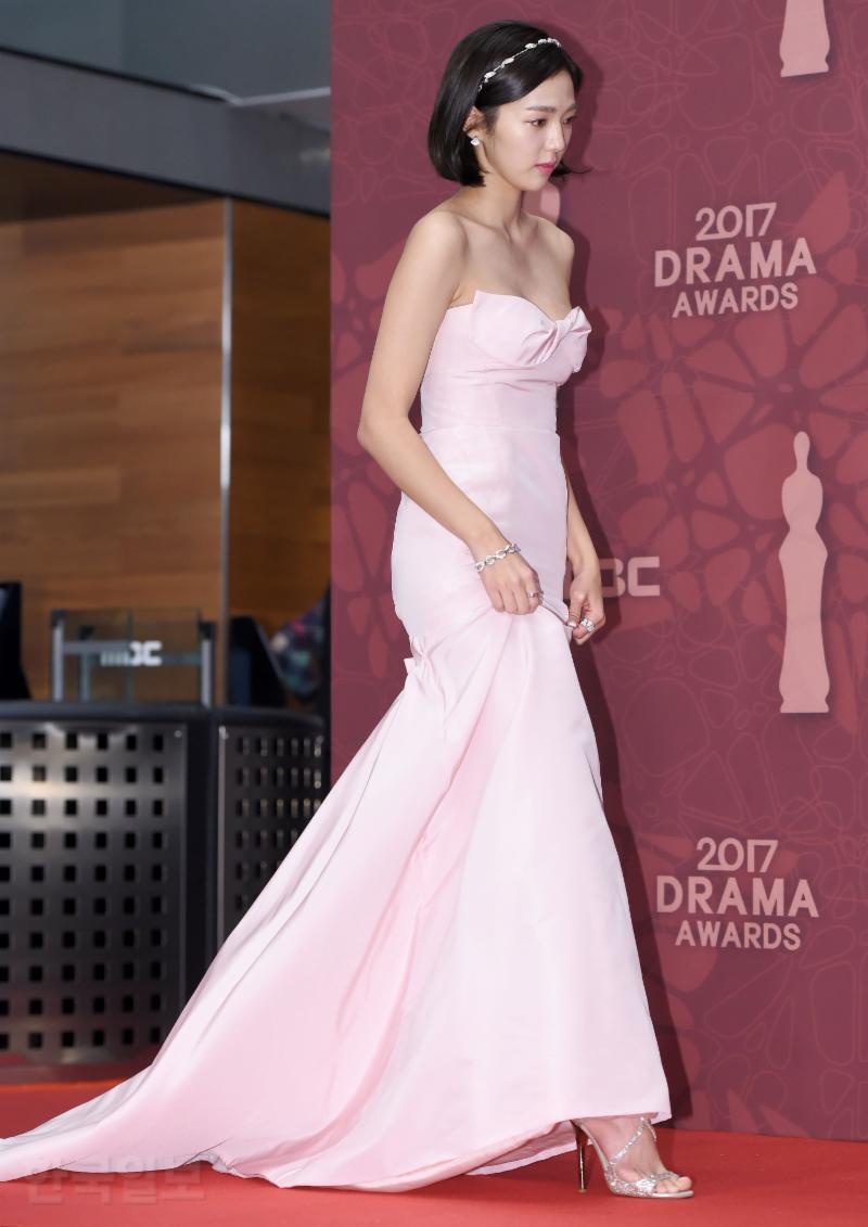 Thảm đỏ MBC Drama Awards hội tụ 30 sao khủng: Rắn độc Hyoyoung cúi người khoe ngực đồ sộ, chấp hết dàn mỹ nhân hạng A
