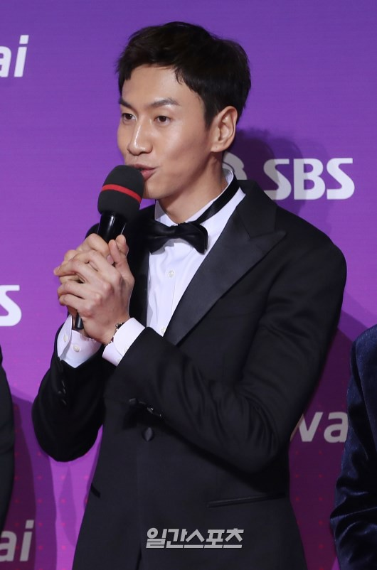 Thảm đỏ SBS Entertainment Awards: Bộ đôi mỹ nam OngNiel điển trai như hoàng tử, tiểu Taeyeon đọ sắc bên Song Ji Hyo
