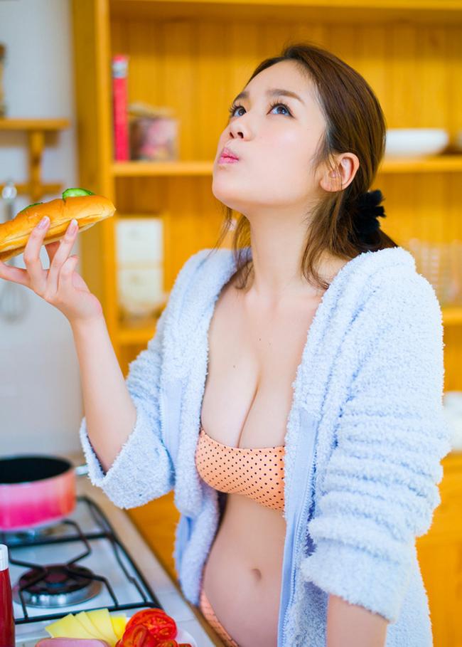 Bikini bé xíu của kiều nữ Nhật khiến mày râu nhìn là muốn đi bơi