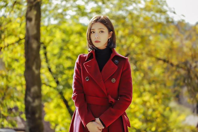 Black Knight lên sóng tập đầu tiên, khán giả choáng váng khi Kim Rae Won làm chủ cả một... tòa lâu đài