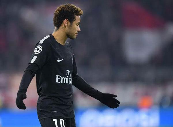 Fan Munich ném tiền giả in hình Neymar xuống sân