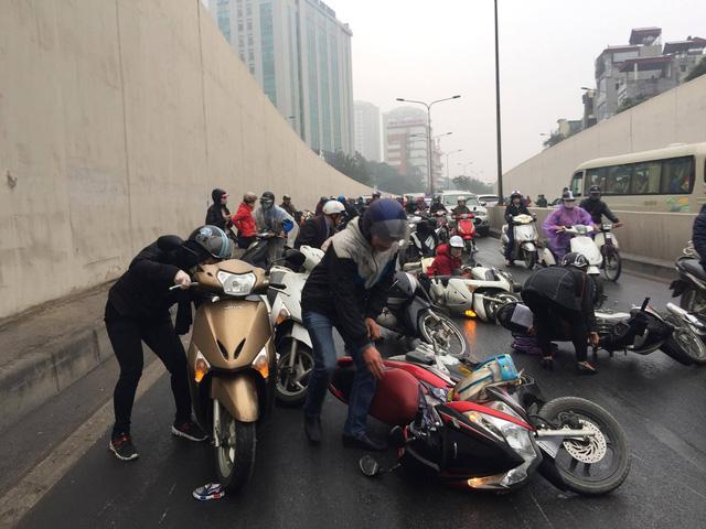 HN: Hàng loạt xe máy nằm la liệt trong hầm Kim Liên vì lý do bất ngờ
