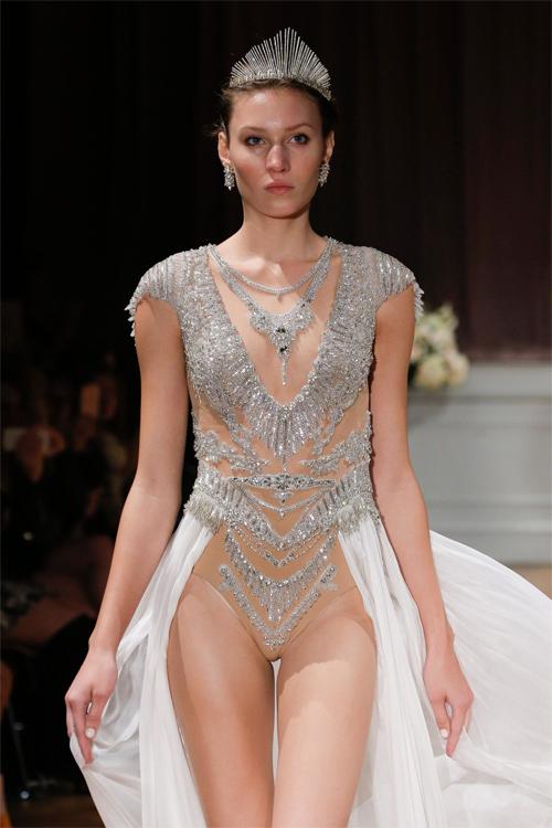 Nàng dâu diện váy cưới như cởi trần liệu có khiến quan khách giật mình?