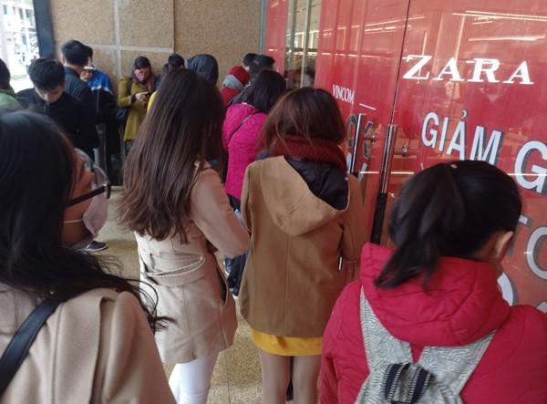 Hà Nội: Trời rét căm căm, nhiều người vẫn xếp hàng chờ mua hàng giảm giá ngày Black Friday từ sáng sớm
