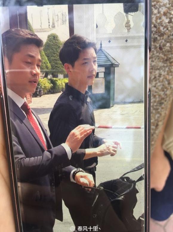 Song Joong Ki đốn tim fans với kiểu ăn mặc giản dị tại Thái Lan