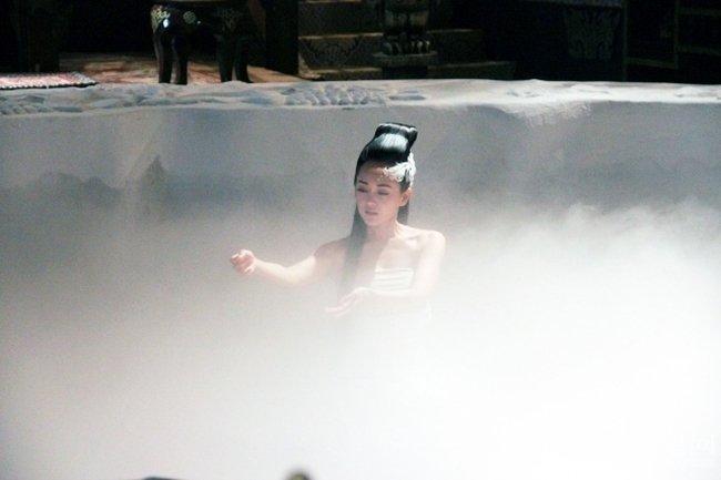 Hóa ra cảnh tắm gợi cảm trong phim Hoa ngữ được làm thế này