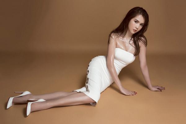 Ngọc Trinh diện váy bó, khoe 3 vòng gợi cảm
