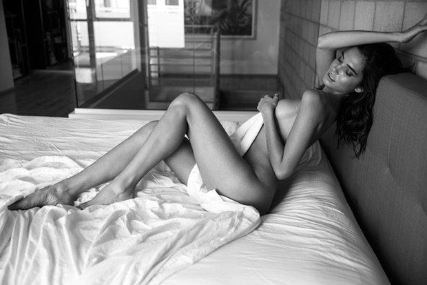 Rachel Vallori hờ hững khoe vòng 1 sexy