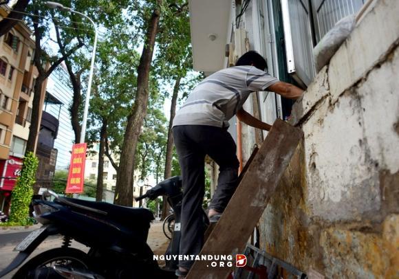 Dân Quận 1 bắc thang leo vào nhà sau khi dỡ bậc tam cấp cao cả mét