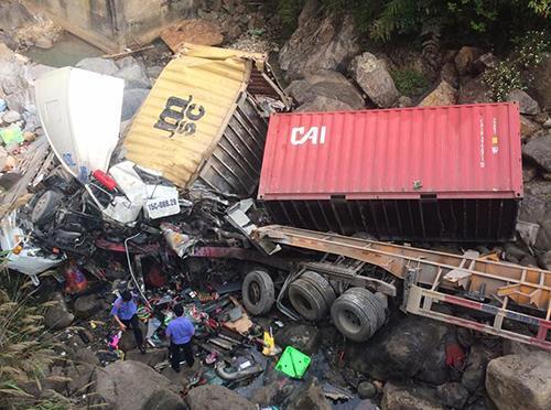 Xe container lao xuống suối, 4 người bị thương nặng