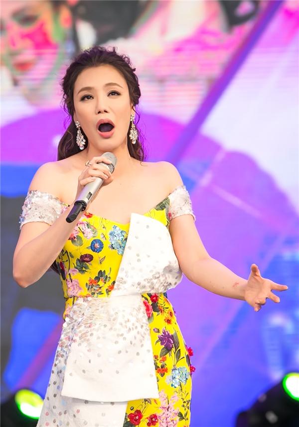 Hồ Quỳnh Hương nghẹn ngào rơi nước mắt tái ngộ khán giả Hà Nội - Hình 7