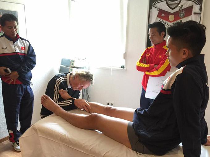 Cầu thủ U20 Việt Nam được bác sĩ từng trị thương cho Ro Béo khám miễn phí