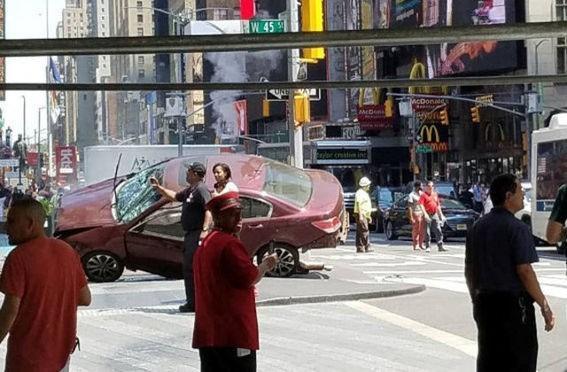 """Xe """"điên"""" lao vào Quảng trường Thời đại Mỹ, 1 người chết, 22 người bị thương"""