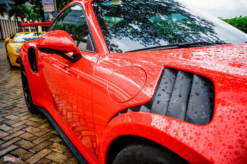 Cường Đô La tự tay rửa siêu xe Porsche 911 GT3 mới tậu
