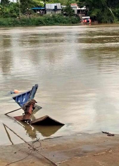 Phà chở ôtô tải chìm sông Đồng Nai - Hình 1