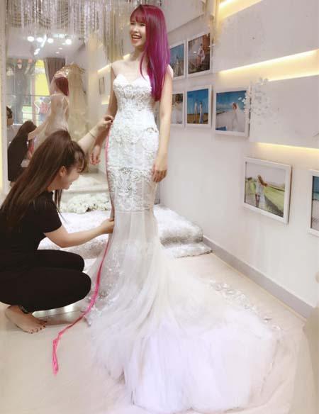 Sau lễ đính hôn đeo kiềng nặng tay, Khởi My đi thử váy cưới