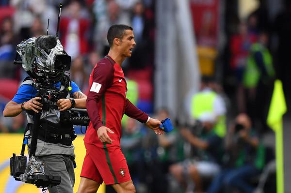 Ronaldo mặt đưa đám, ký tặng cho người hâm mộ - Hình 9