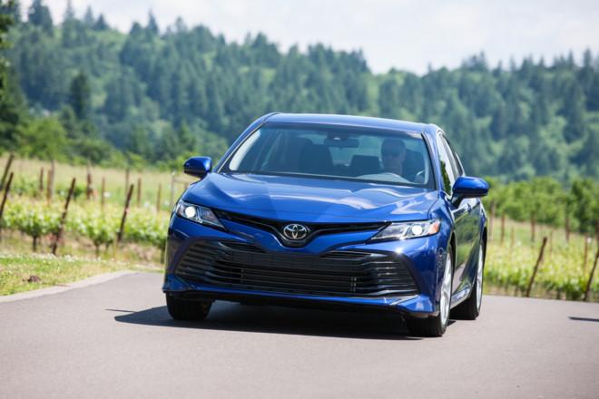 Toyota Camry 2018 có giá từ hơn 23.000 USD ở Mỹ - Hình 1