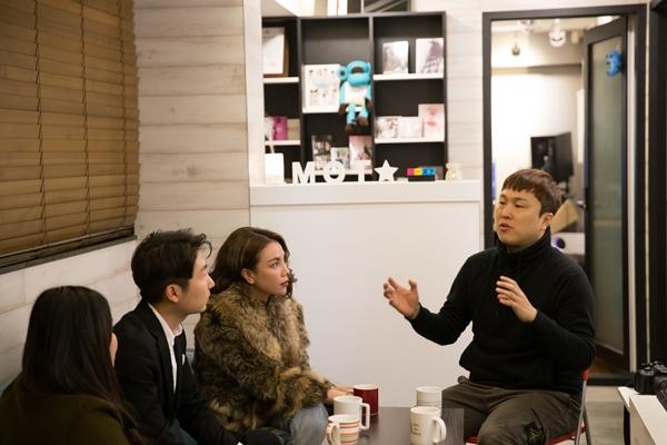 Trà Ngọc Hằng khám phá phòng thu của NSX nổi tiếng Hàn - Hình 3