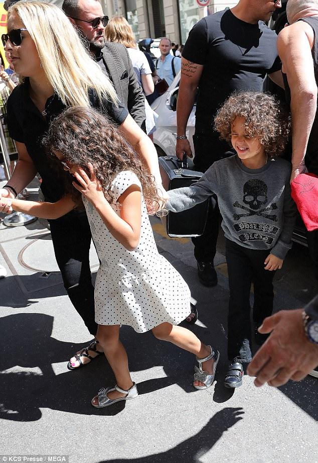 Con gái 6 tuổi của Mariah Carey chống nạnh, làm mặt cau có trước ống kính máy ảnh - Hình 3